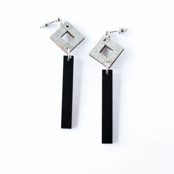 Desantra Palana malliston mustan ja hopean väriset kaksikko pitkä - korvakorut,