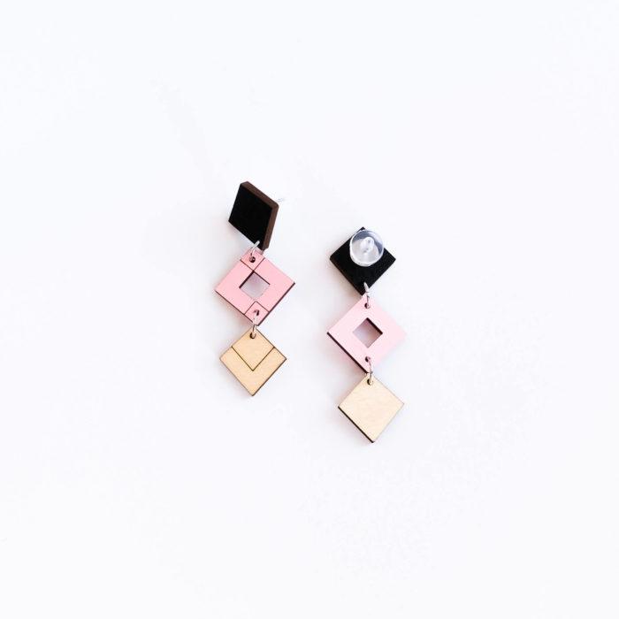 Palana kolmikko korvakorut, joissa on väreinä musta, pinkki sekä koivu. Koruissa tappikiinnitys.