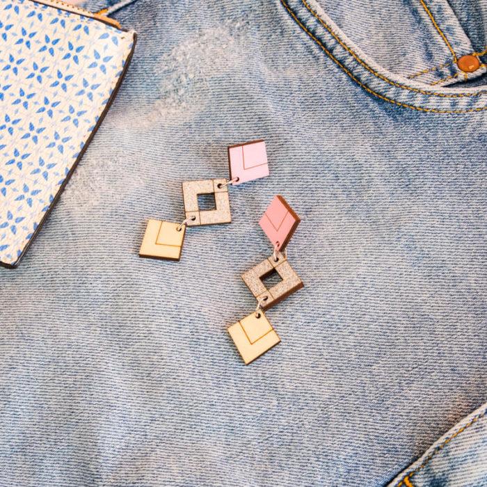 Palana korvakorut kolmikko, jossa väreinä pinkki, hopea glitter sekä koivu, tappikiinnitys