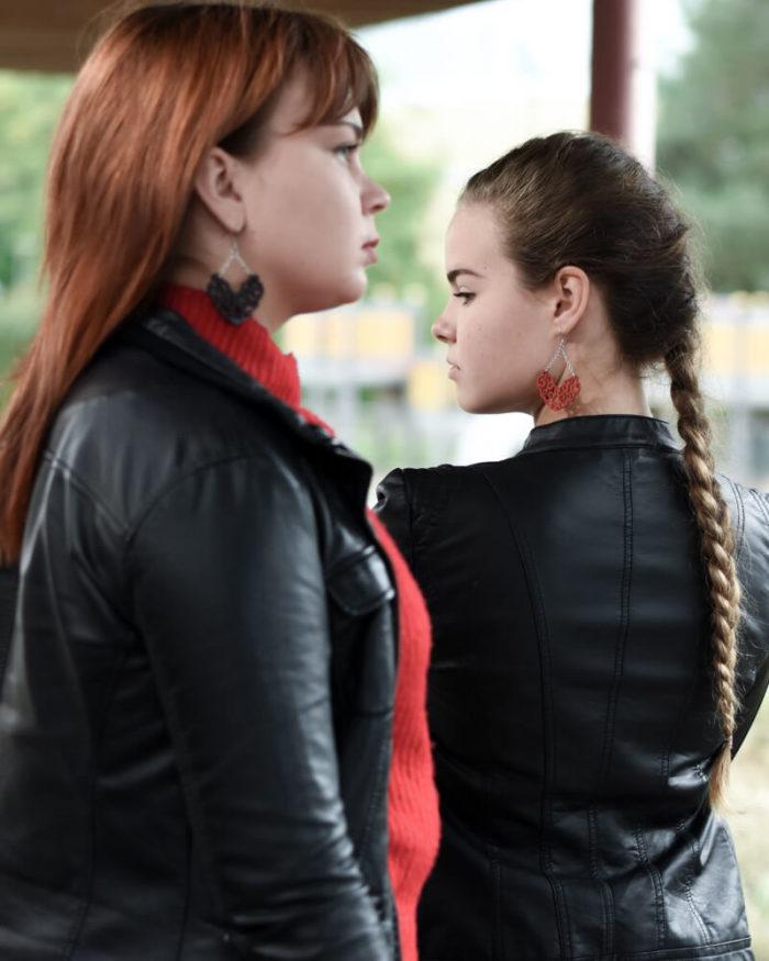 Desantran Voimanainen malliston punaiset ja mustat korvakorut