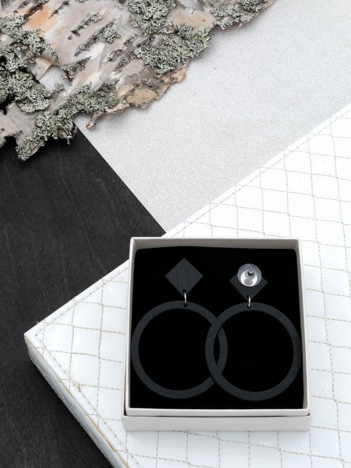 Halo korvakorut, joiden värinä musta. Tappikiinnity ja leveä silikoninen takaosa