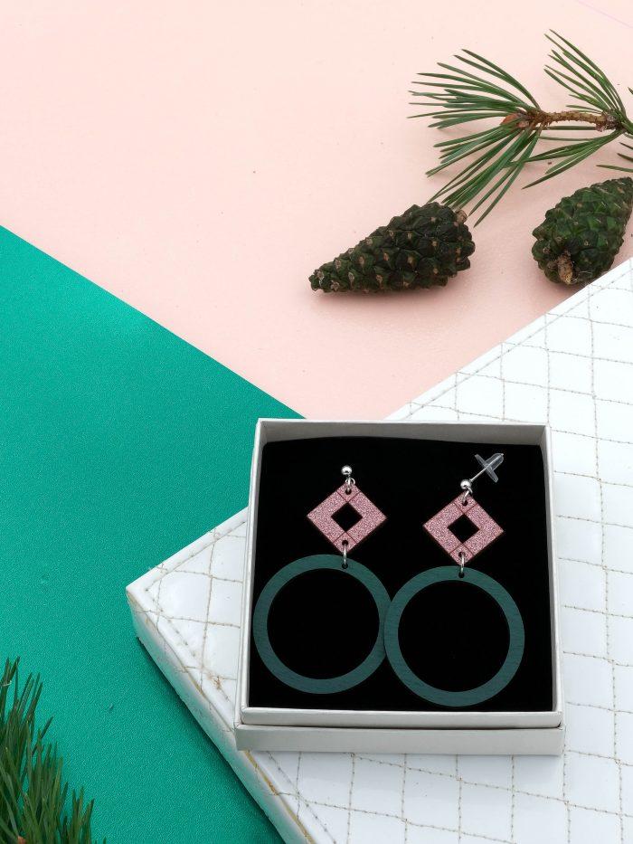 Halo keskikokoiset korvakorut, joiden värit ylhäältä pinkkiglitter ja tummanvihreä. Tappikiinnitys ja leveä silikoninen takaosa.