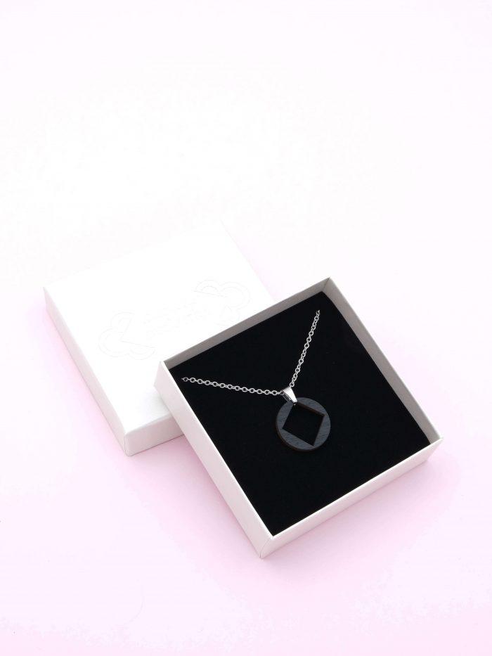 Musta koru 3, kaulakori, jonka halkaisija on 3cm. Ketjun pituus 45 cm.