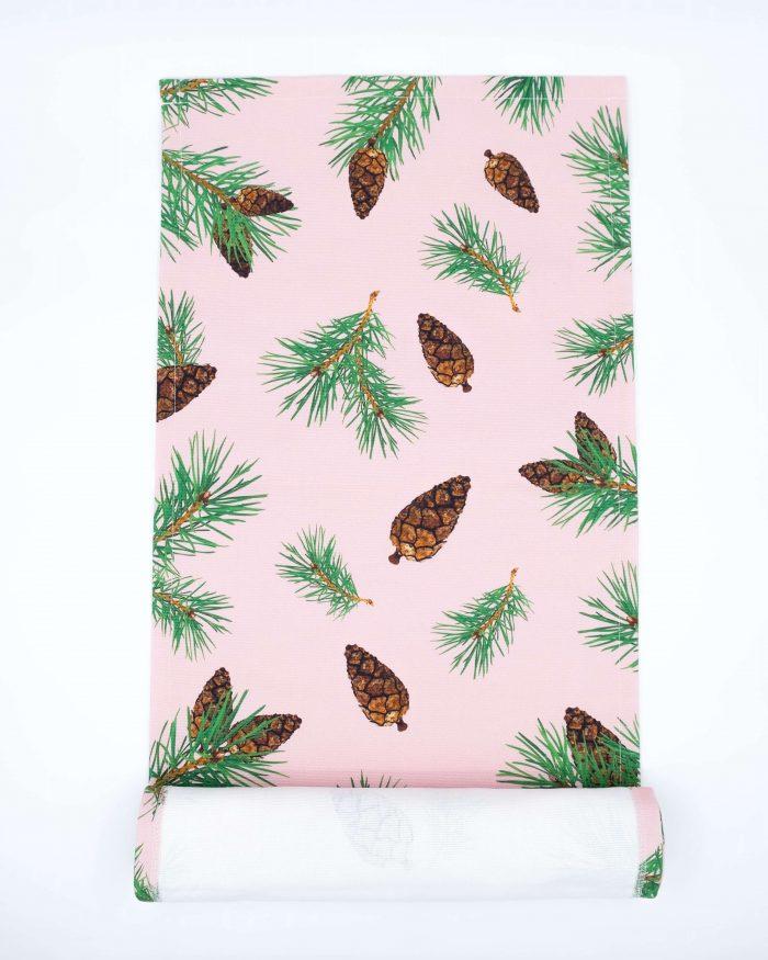 Pine Forest oikeat kävyt -kaitaliina. Värinä pinkki. Koko 40x140 cm. Materiaalina 355 g puuvillacanvas. Pesu 60c. Valmistettu Suomessa.