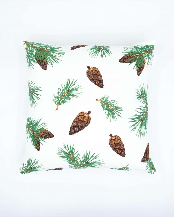 Pine Forest oikeat kävyt -tyynynpäällinen. Värinä valkea. Koko 45 x 45 cm. Materiaalina 355 g puuvillacanvas. Valmistettu Suomessa.