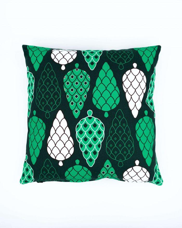 Pine Forest tyynynpäällinen, isot kävyt. Värinä tummanvihreä. Koko 45 x 45 cm. Materiaalina 355 g puuvillacanvas. Valmistettu Suomessa.