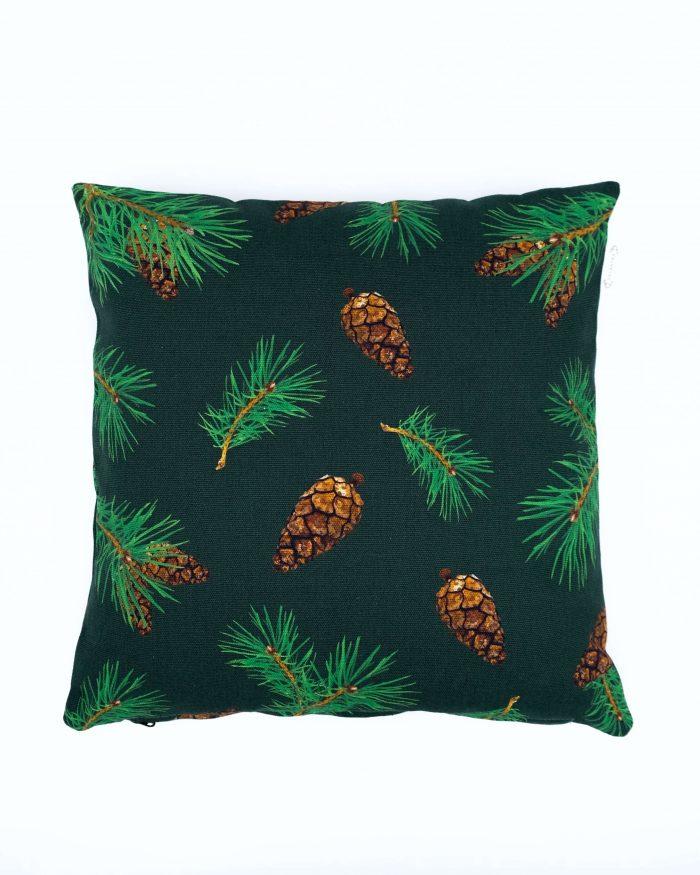 Pine Forest tyynynpäällinen. Värinä tummanvihreä. Koko 45 x 45 cm. Materiaalina 355 g puuvillacanvas. Valmistettu Suomessa.