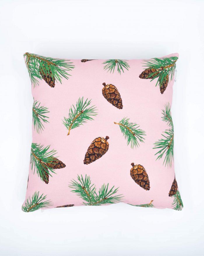 Pine Forest, oikeat kävyt -tyynynpäällinen, värinä vaalea pinkki. Koko 45 x 45 cm. Materiaalina 355 g puuvillacanvas. Valmistettu Suomessa.